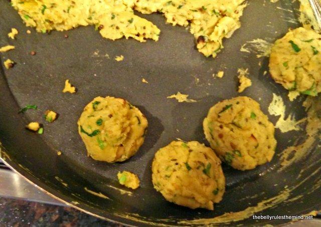 kothimbir vadi balls