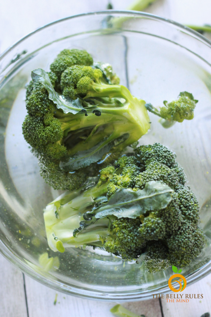cleaning broccoli by soaking in water